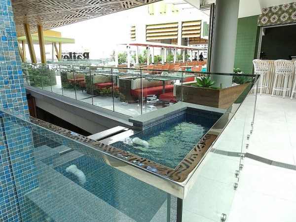 Bailey Hotel Cairns Glass Water Feature